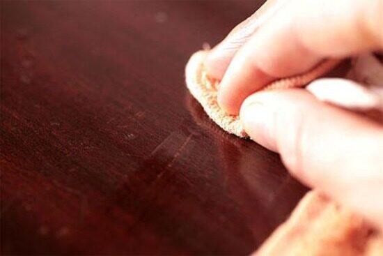 Как убрать царапины на деревянной мебели: 8 советов